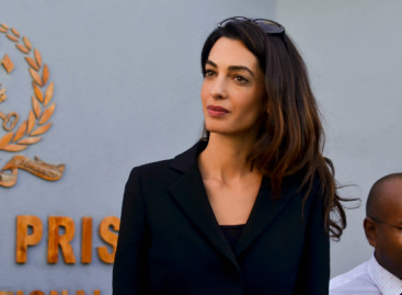 Amal Clooney meets former President Nasheed in prison