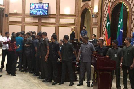 Majlis resumes with soldiers surrounding speaker