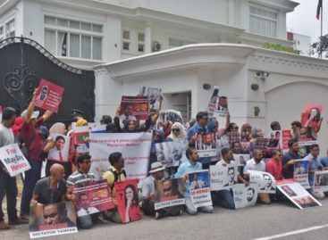 Opposition protest outside Maldivian Embassy in Sri Lanka